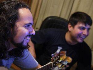 Gravação de Descompasso - Sandro e Alisson sorrindo