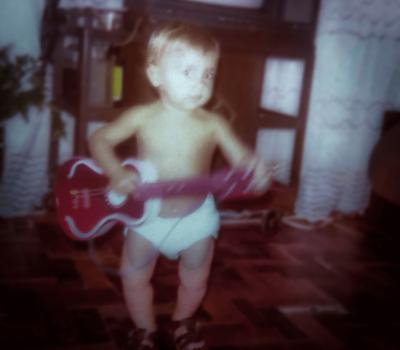 Sandro ainda criança com o violão na mão